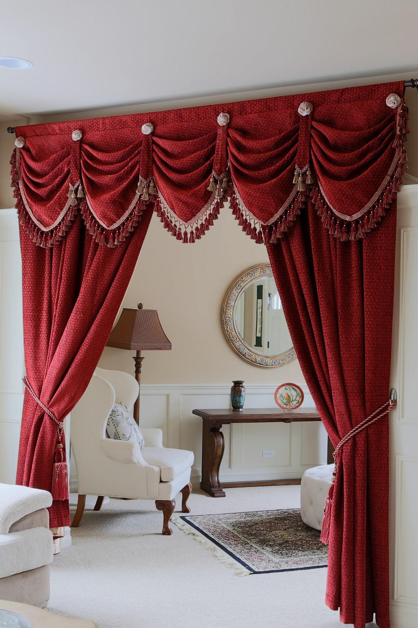 Красные классические шторы