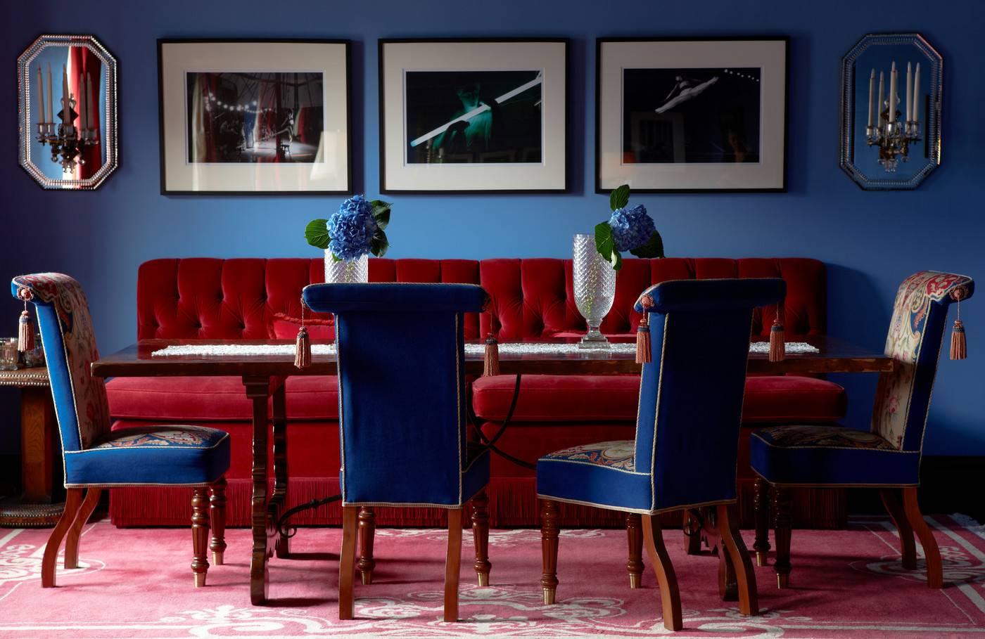 Красный диван с велюровой обивкой