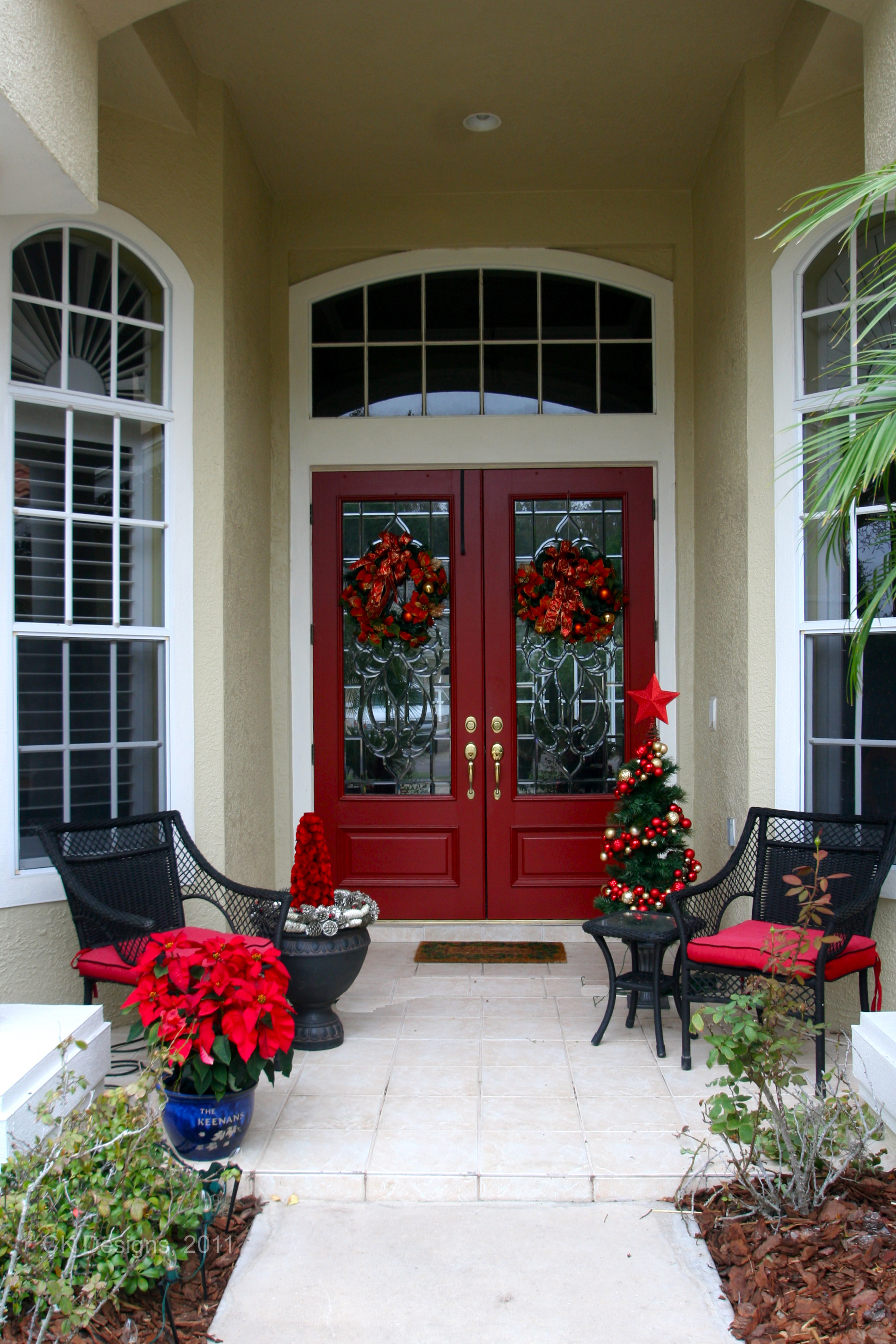 Двустворчатая входная дверь красного цвета