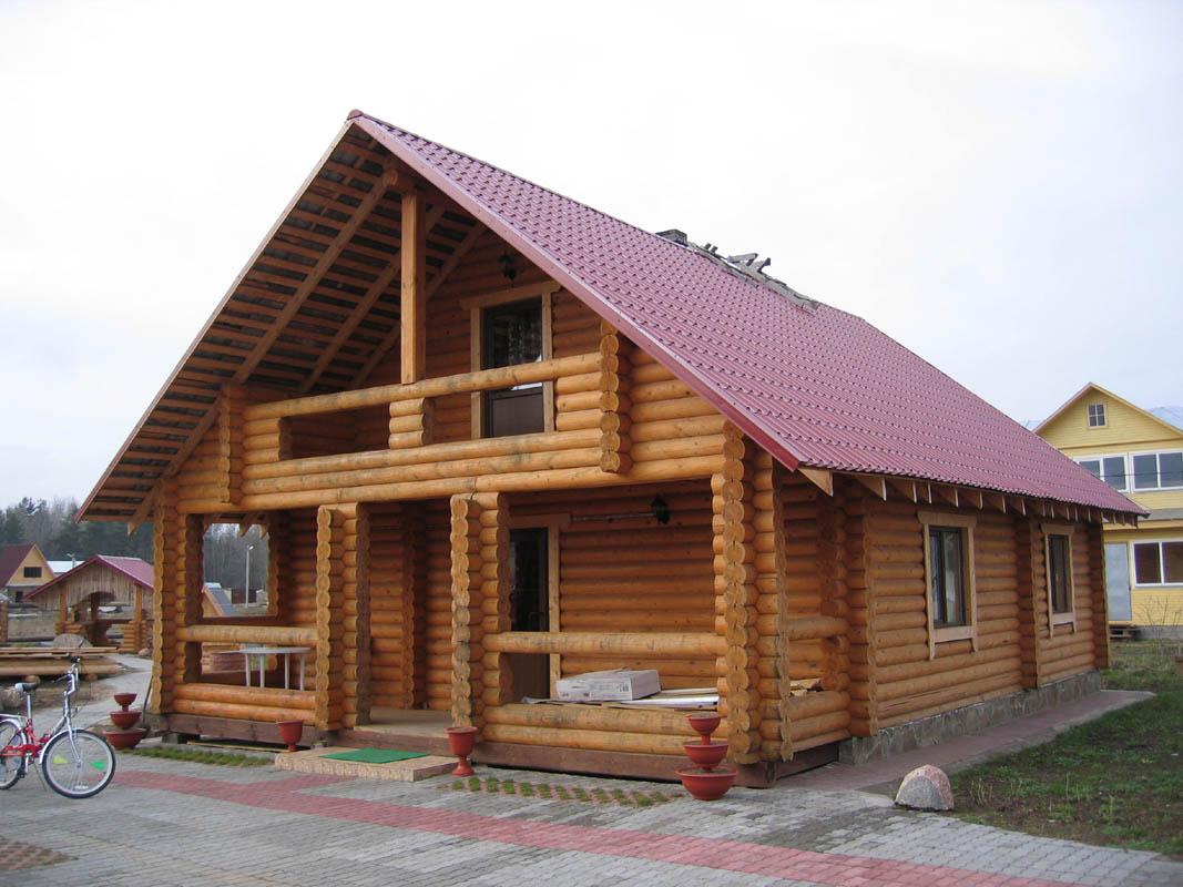 Дом из бревна с большим крыльцом