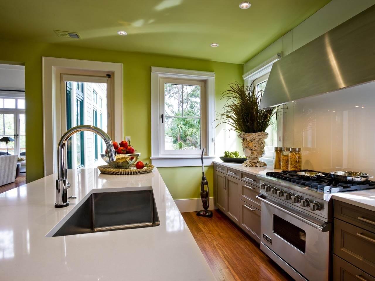 Зеленый потолок на кухне