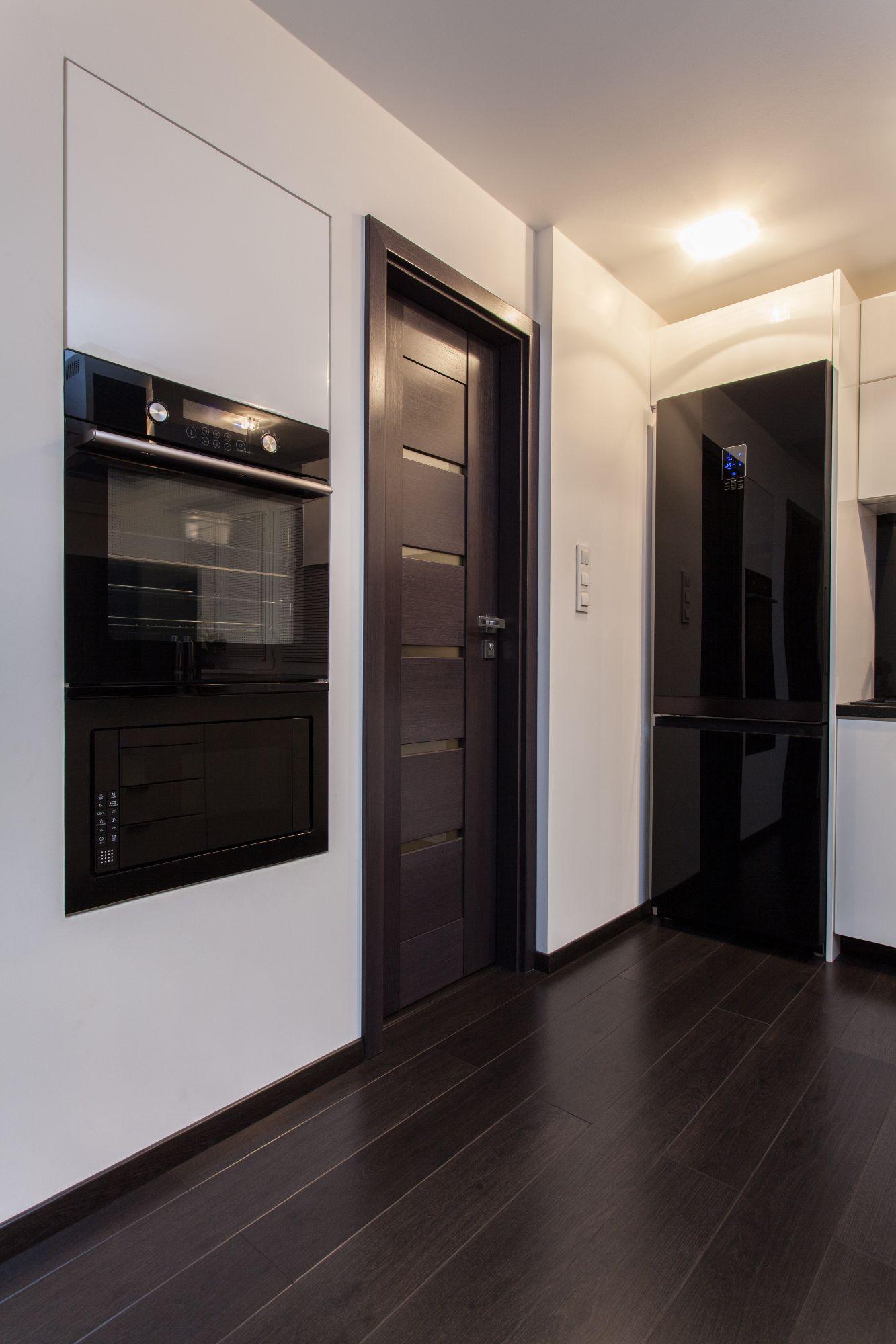 Дверь цвета венге на кухне