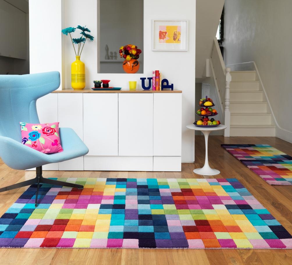 Ковер из разноцветных квадратов в гостиной