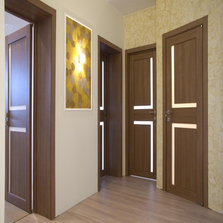 Дверь из ореха в интерьере квартиры