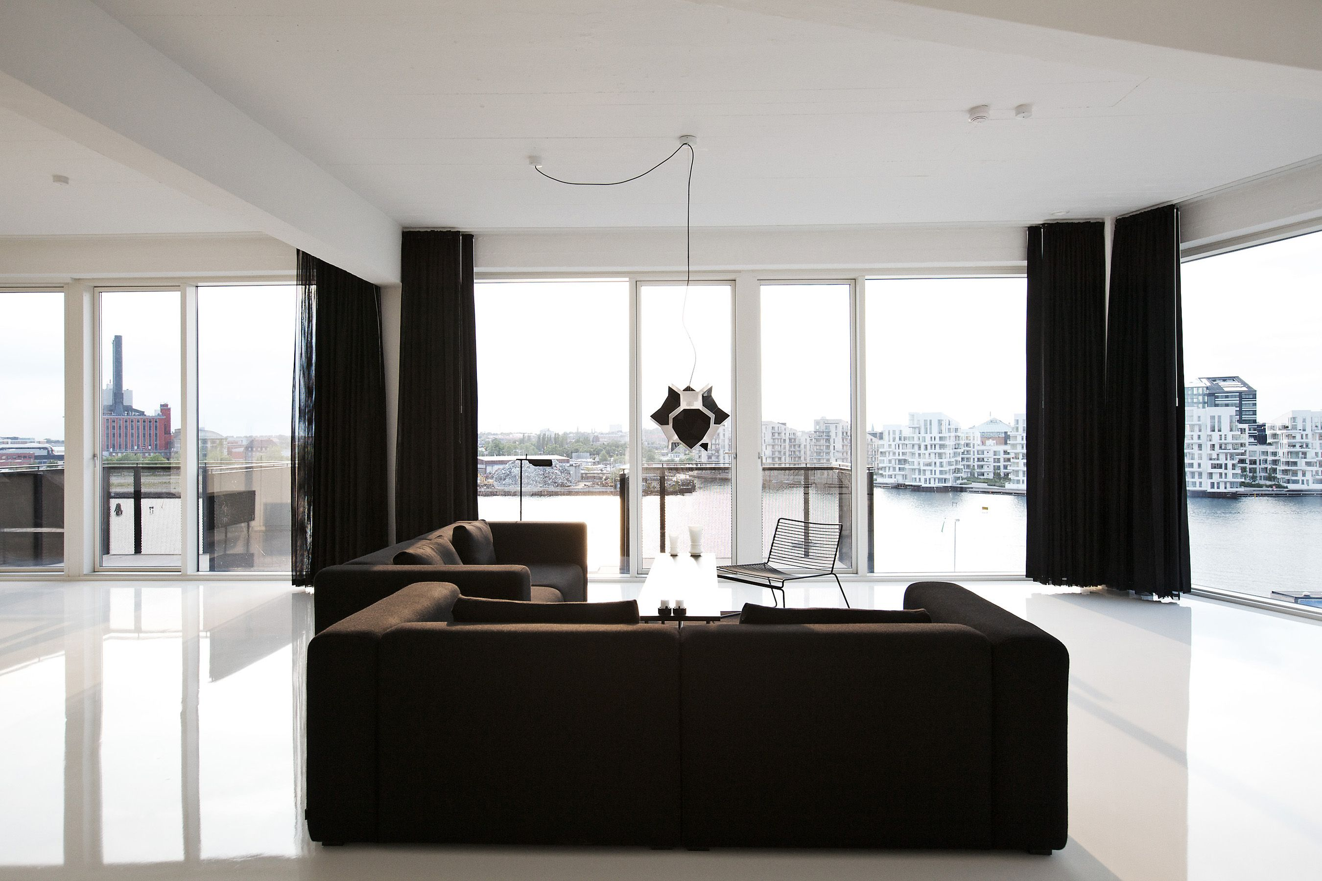 Черные шторы в интерьере квартиры