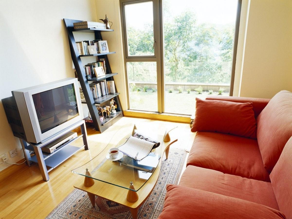 Оранжевый диван в интерьере квартиры