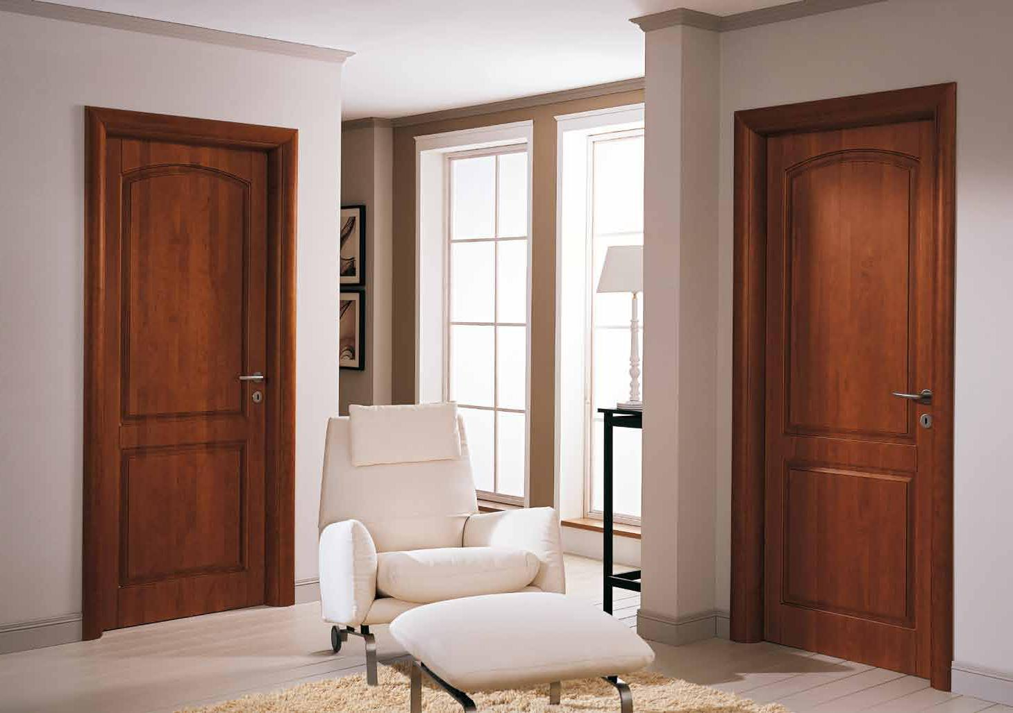 Дверь из вишни в интерьере квартиры