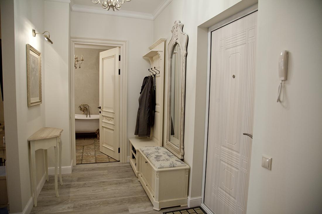 Классическая дверь в интерьере квартиры