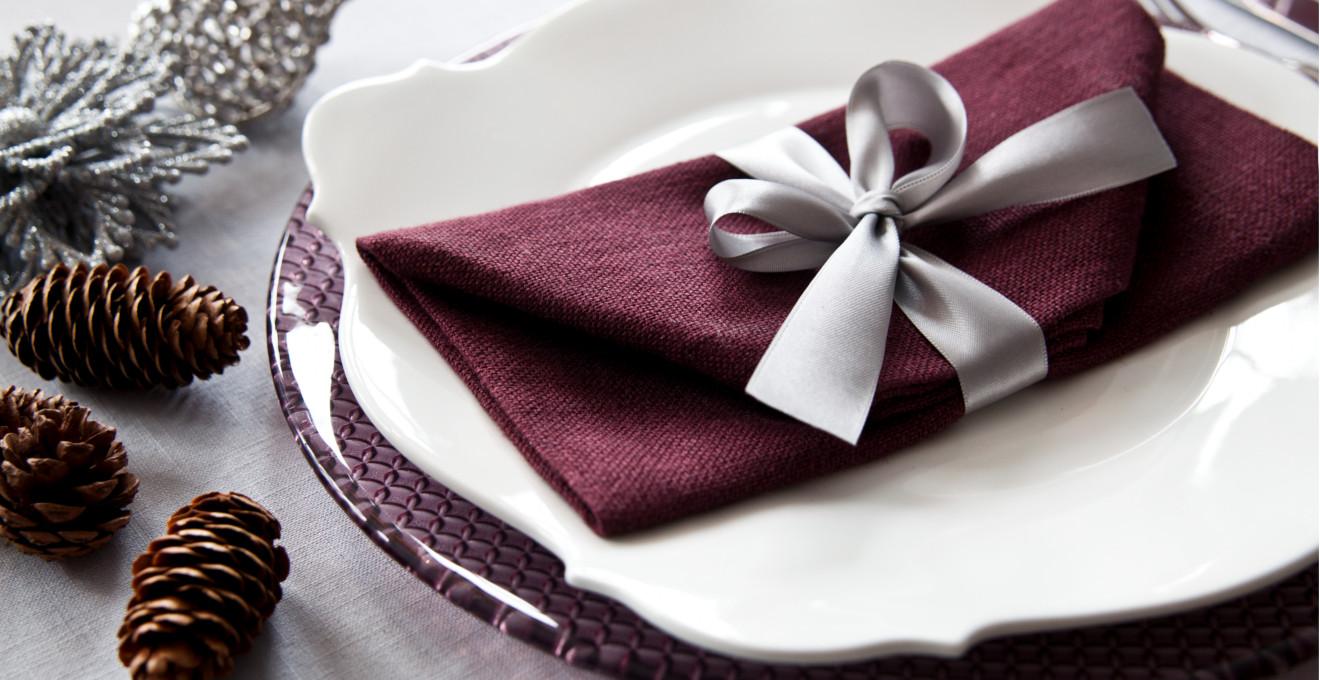 Украшение стола салфетками и лентой