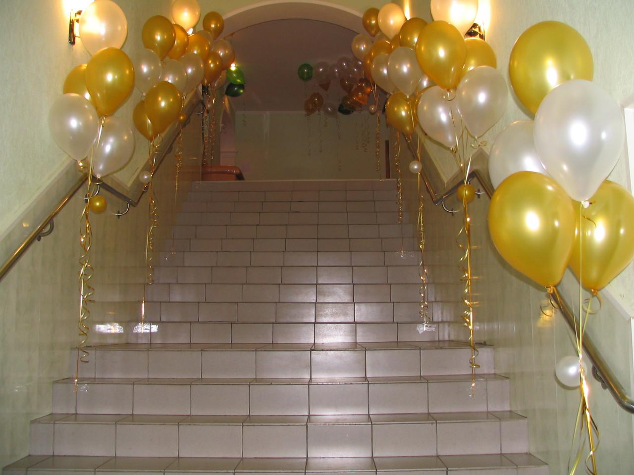 Оформление лестницы воздушными шарами