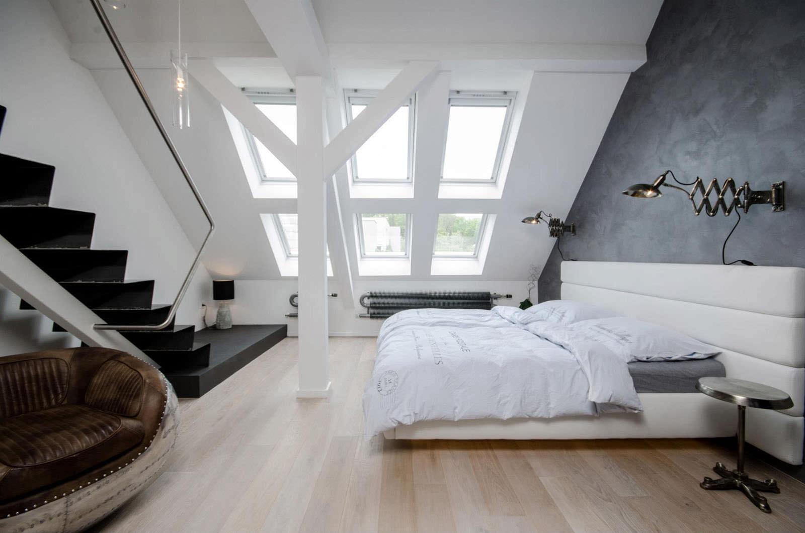 Спальня в стиле лофт на мансарде