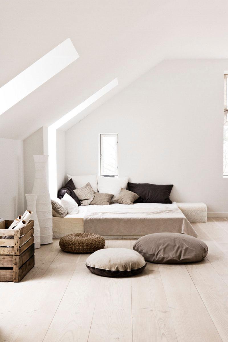 Спальня в скандинавском стиле на мансарде
