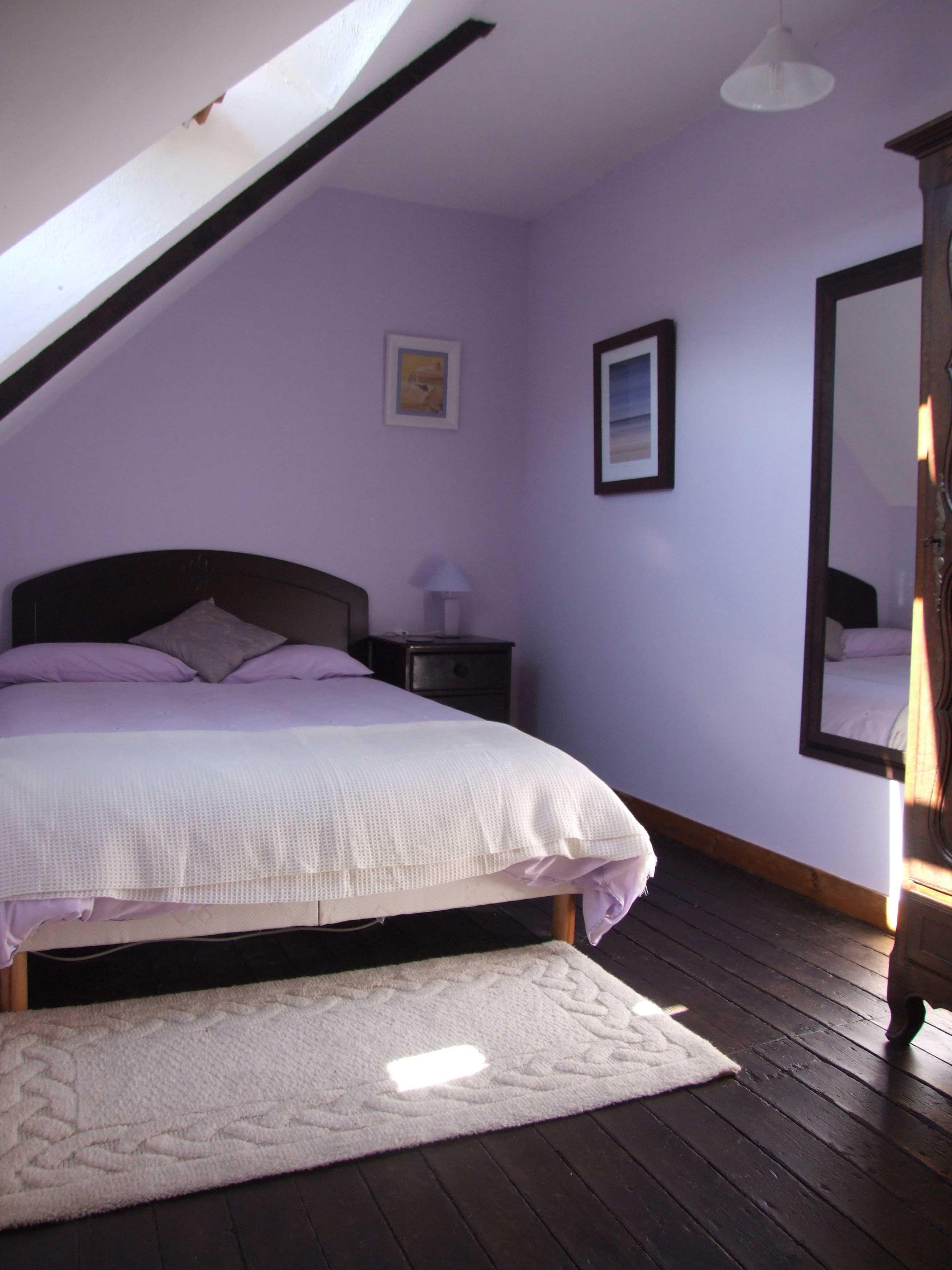 Сиреневая спальня на мансарде