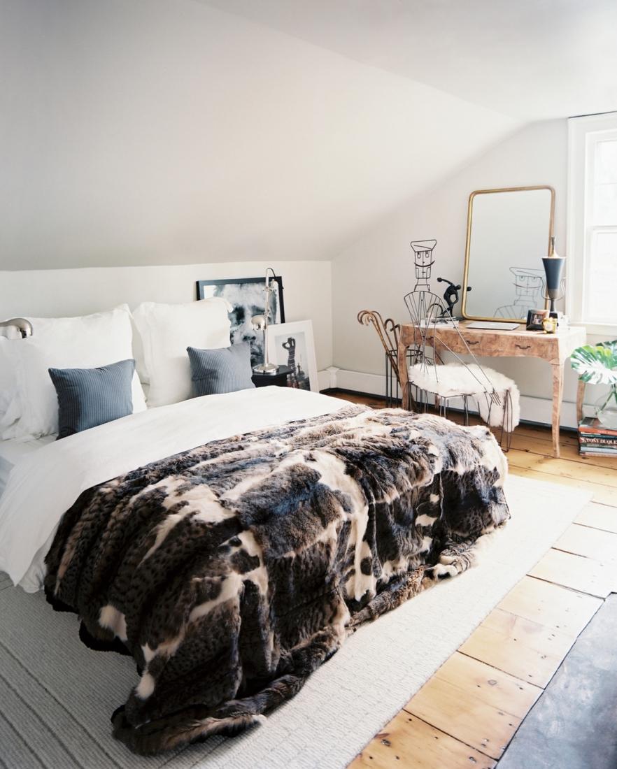 Меховое покрывало в спальне в скандинавском стиле