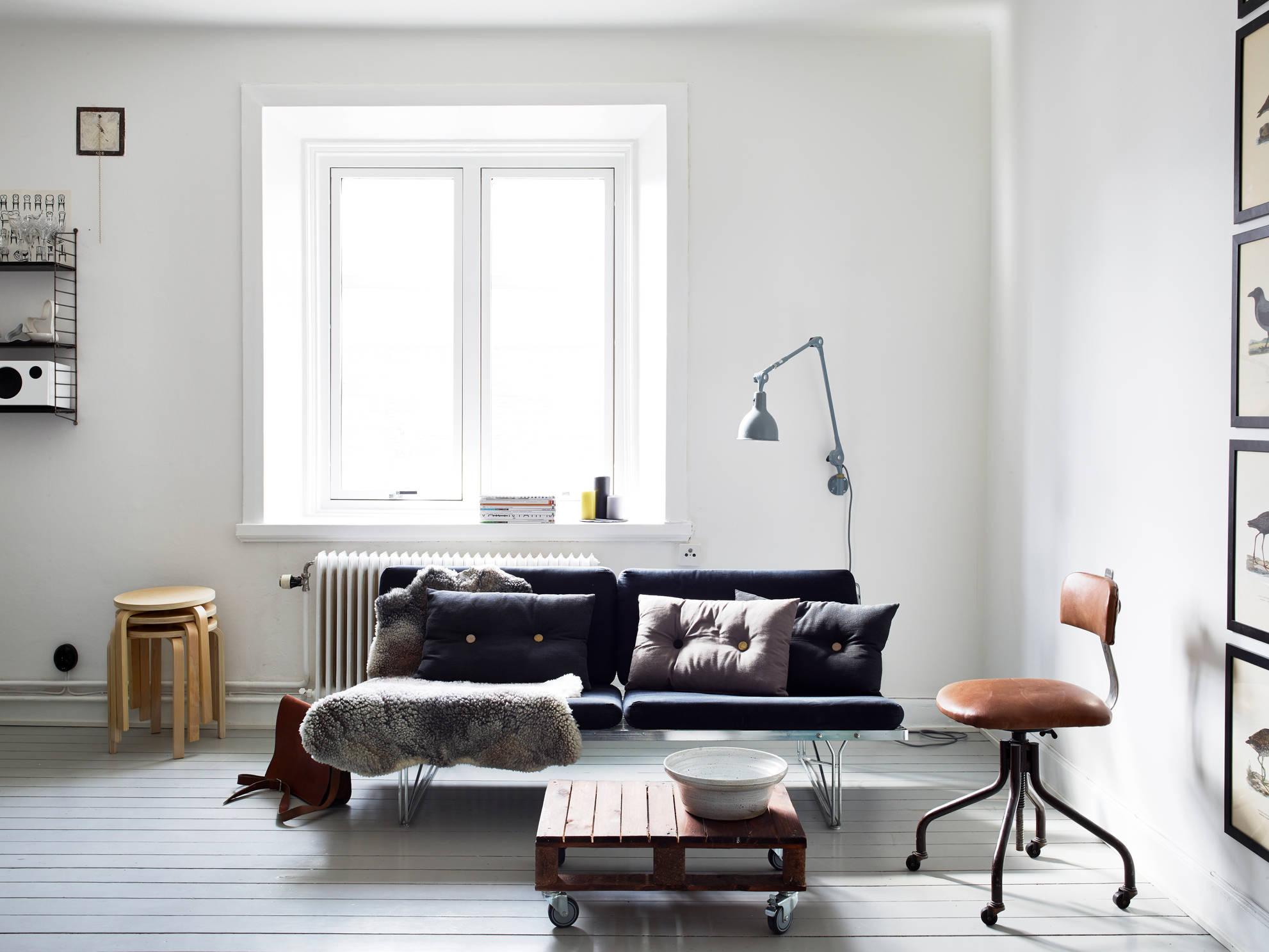 Черный диван на металлическом каркасе