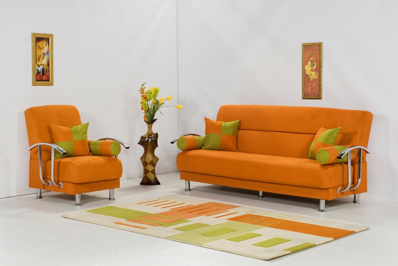 Оранжевый диван на металлическом каркасе