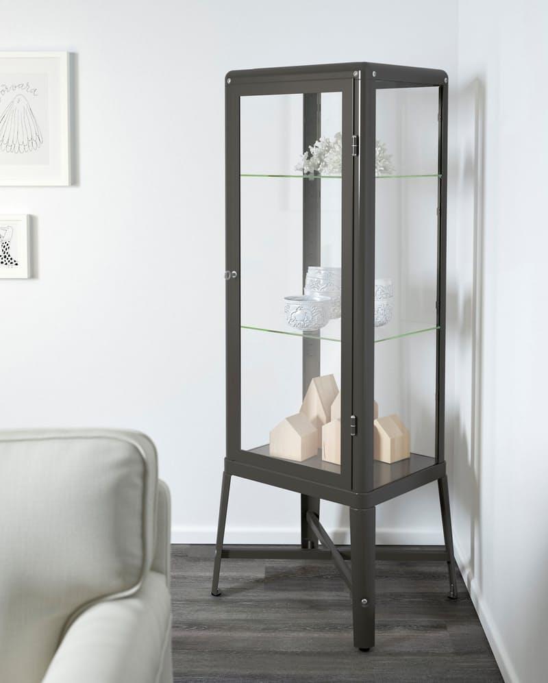 Шкаф-витрина в минималистичном стиле
