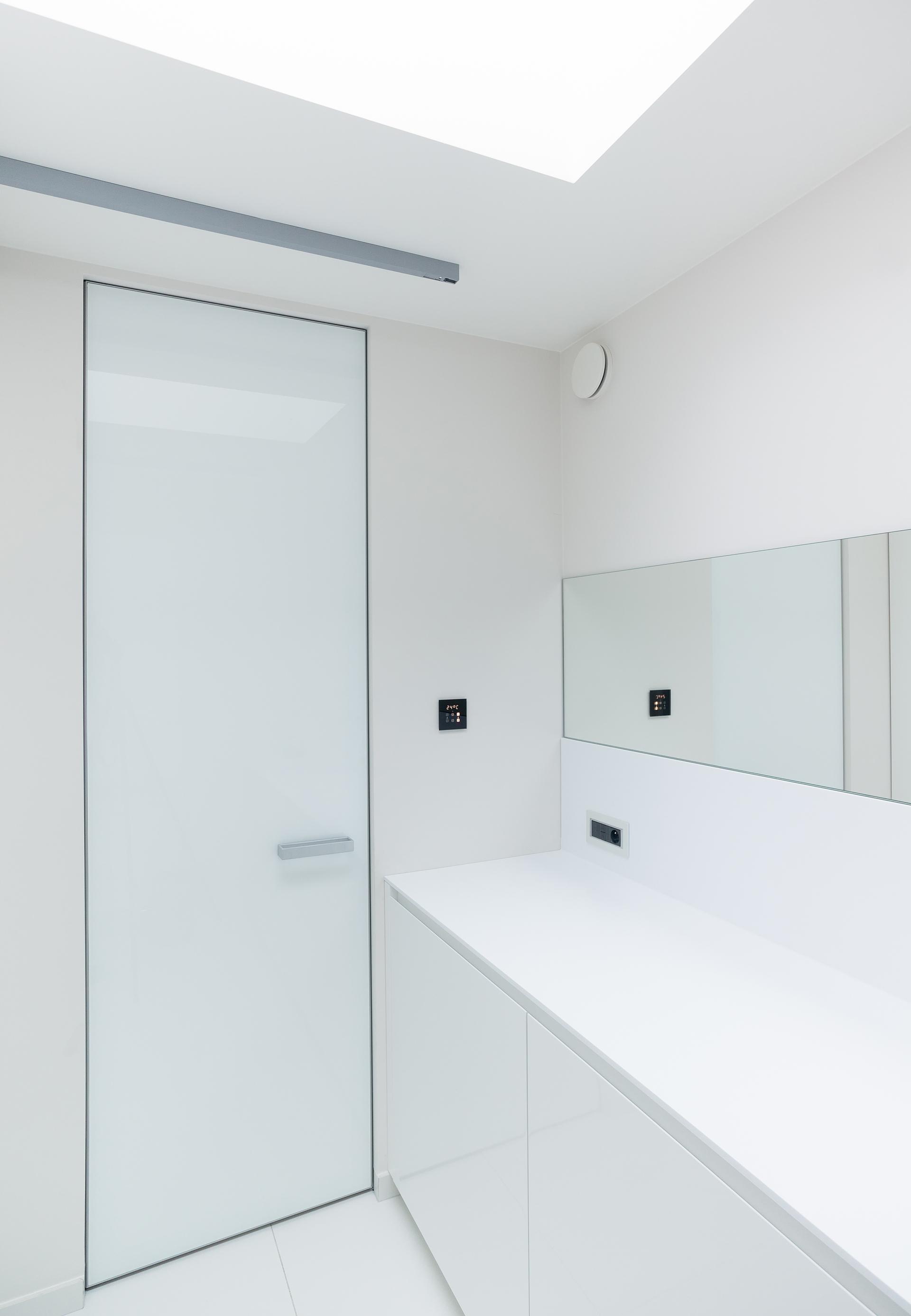 Глянцевая дверь в стиле минимализм