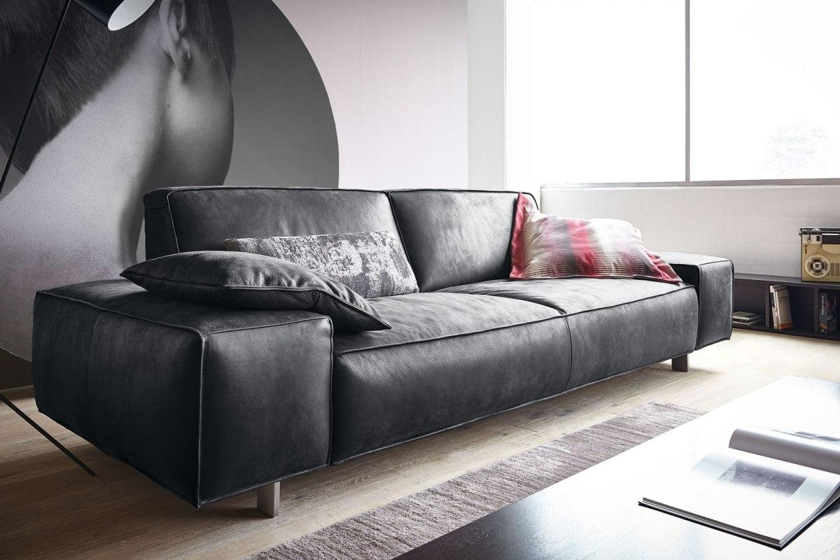 Черный диван в стиле модерн