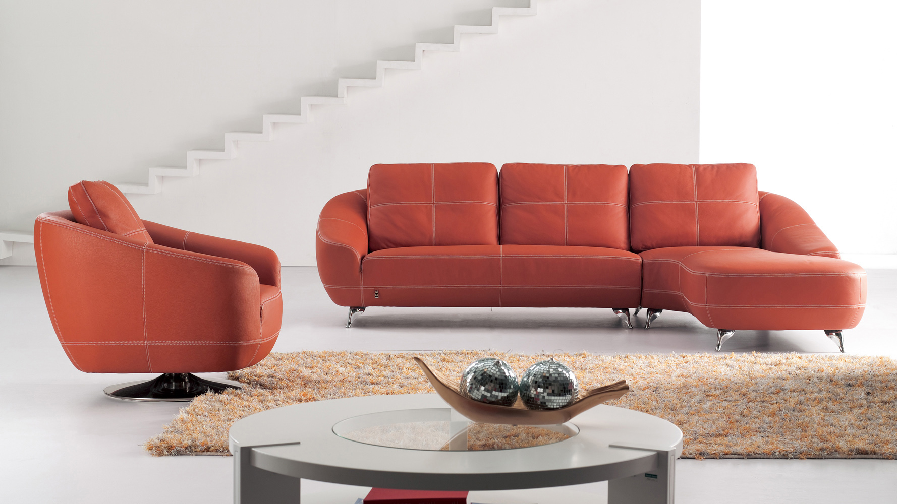 Оранжевый диван в стиле модерн