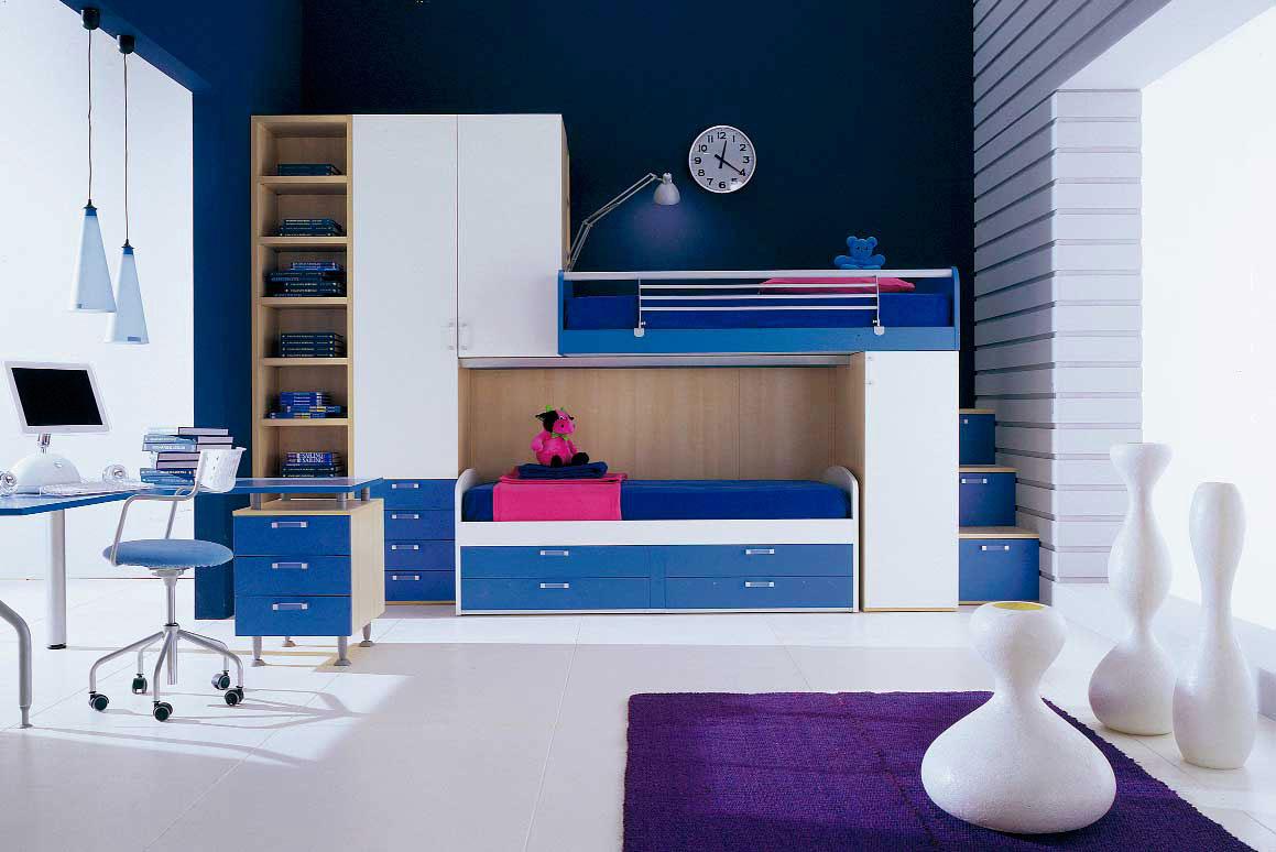 Синяя модульная кровать в детской