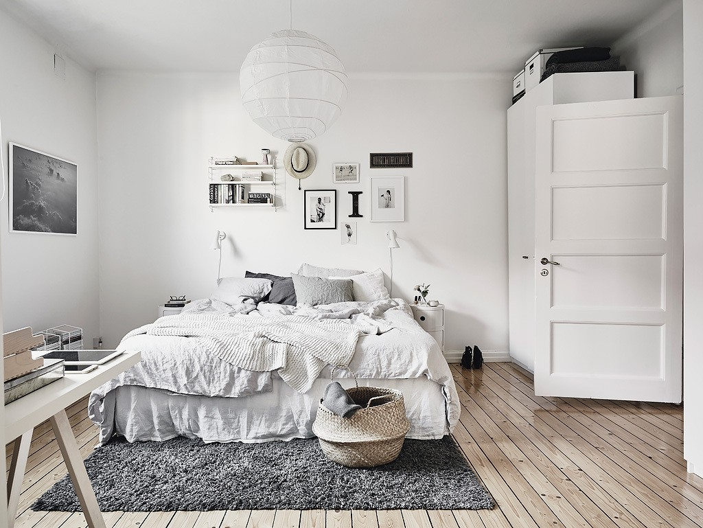 Монохромная скандинавская спальня