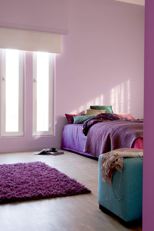 Сиреневая спальне в минималистичном стиле