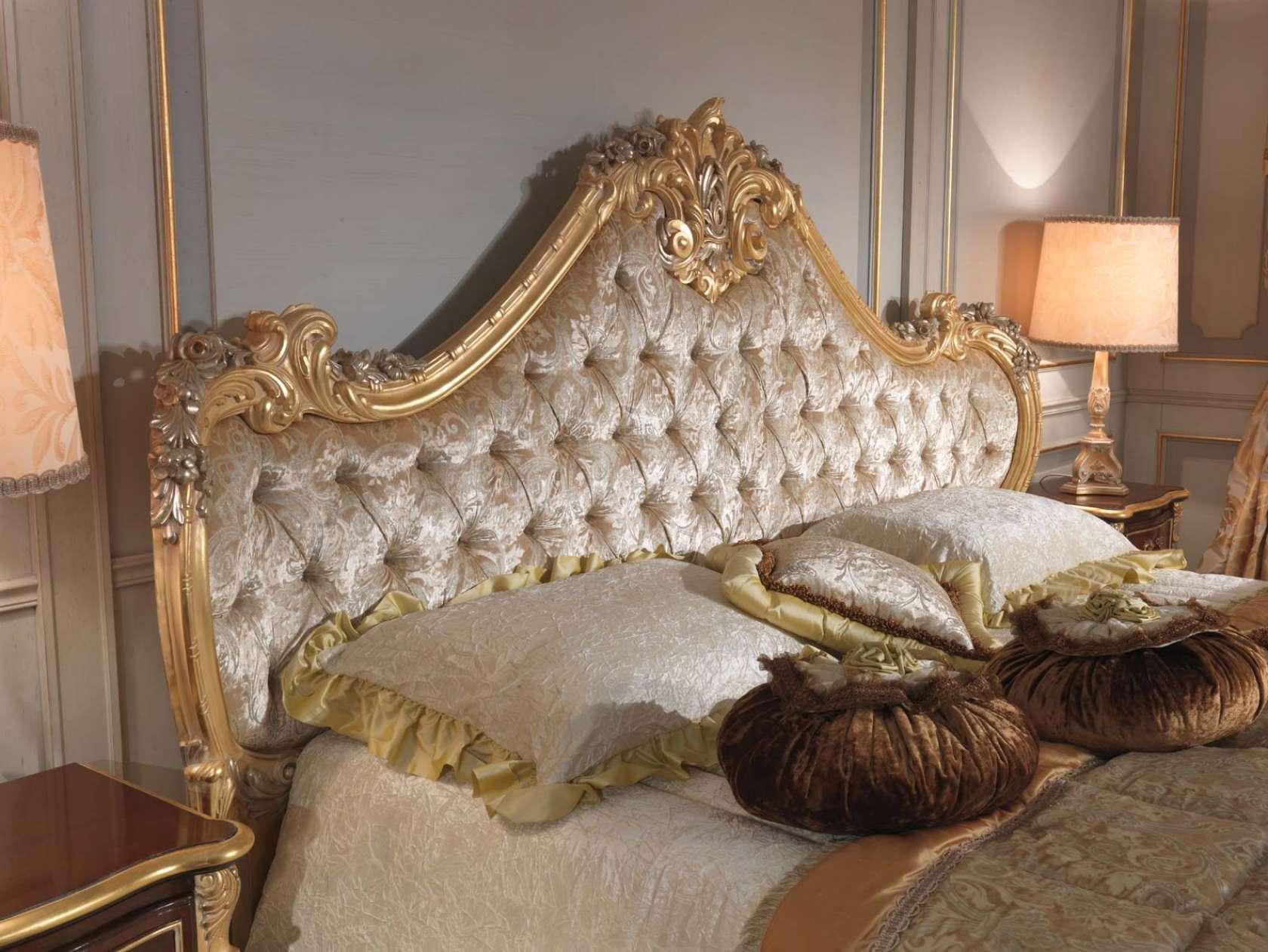 Мягкое изголовье кровати с резными элементами