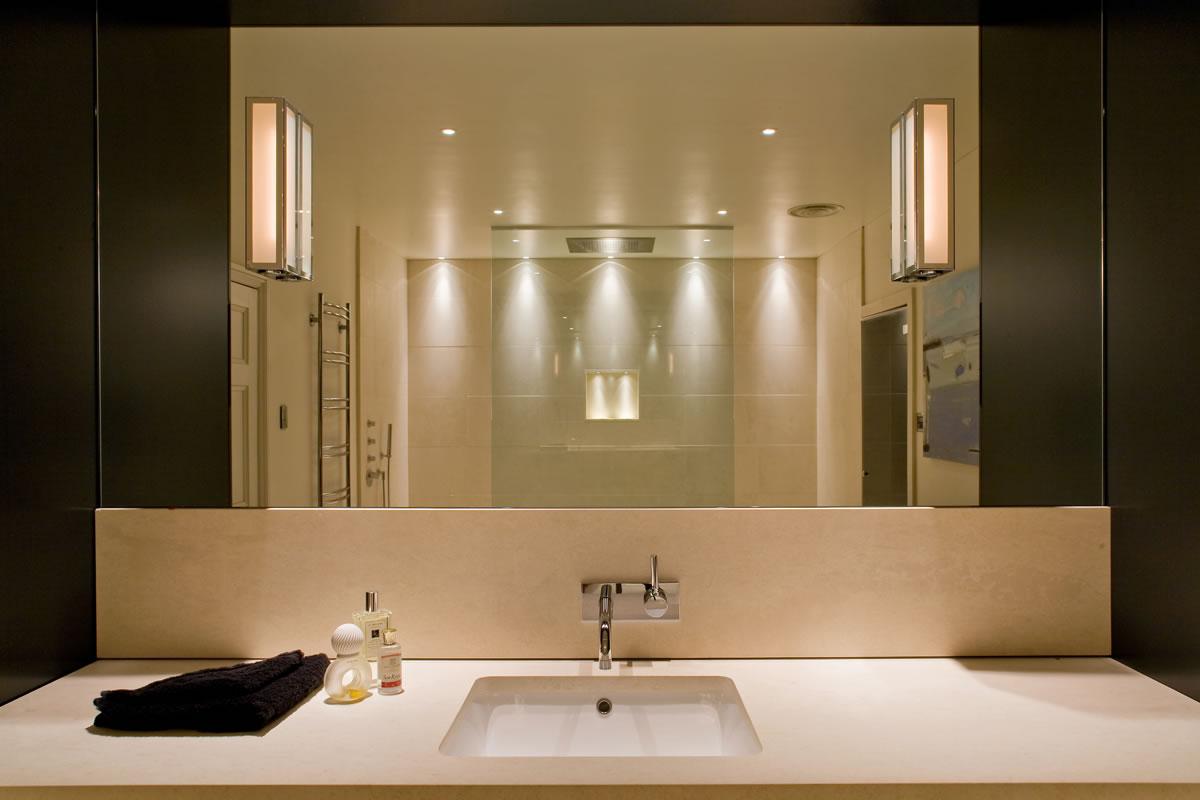Направленные светильники в ванной