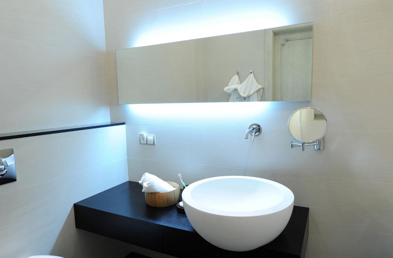 Неоновая подсветка в ванной
