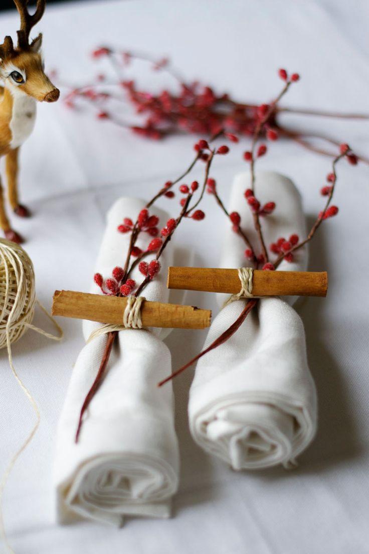 Новогоднее украшение стола салфетками