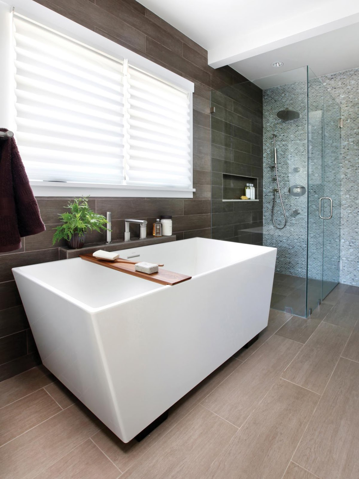 Прямоугольная ванна на ножках