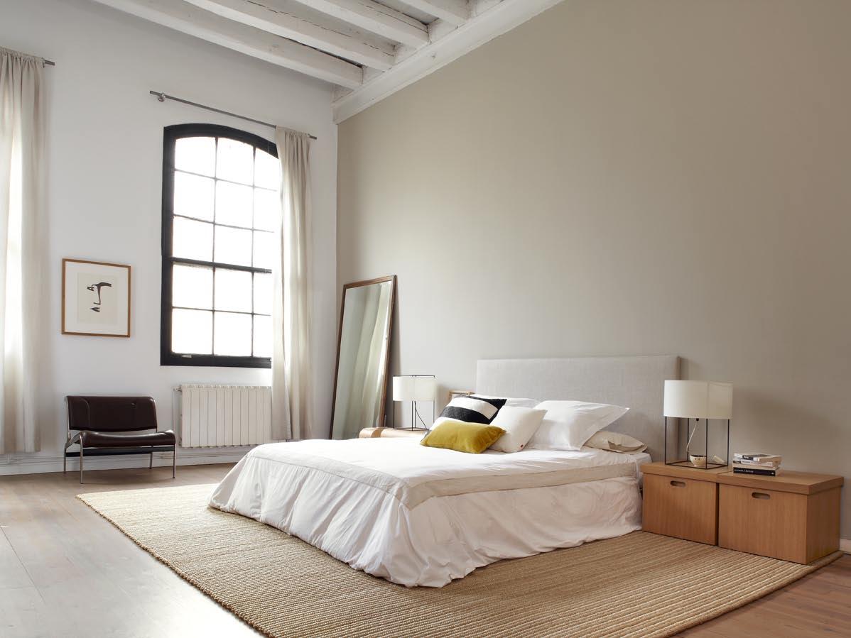 Большие окна в спальне в стиле лофт