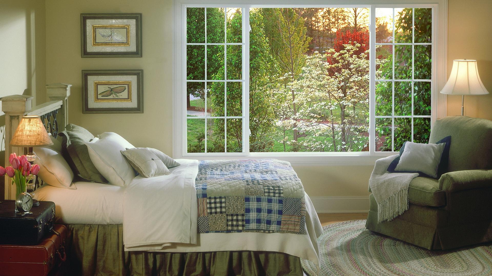 Уютная спальня с окном