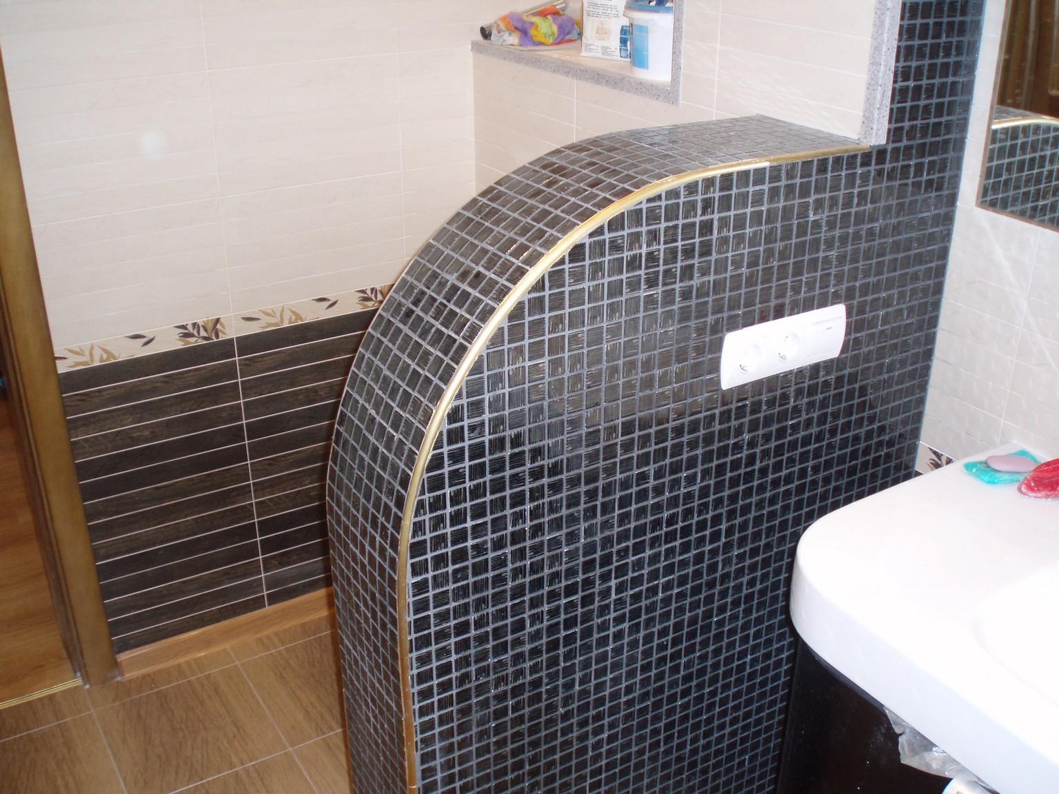 Отделка угла в ванной пластиковым профилем для плитки