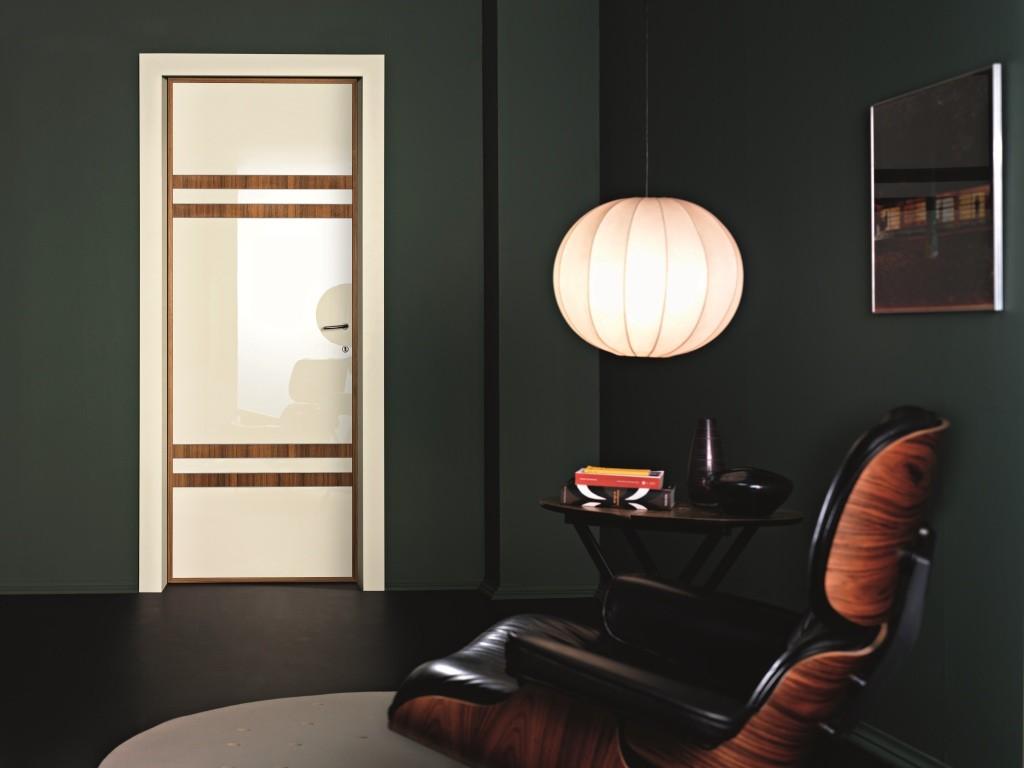 Глянцевая дверь с декоративными панелями