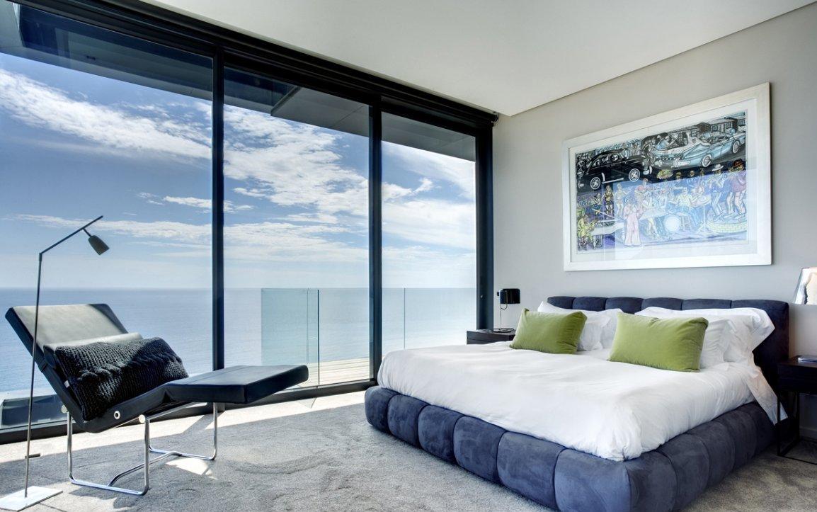 Уютная спальня с панорамным окном