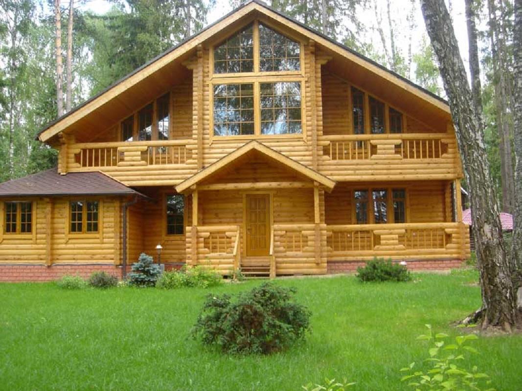 Дом из бревна с панорамным остеклением