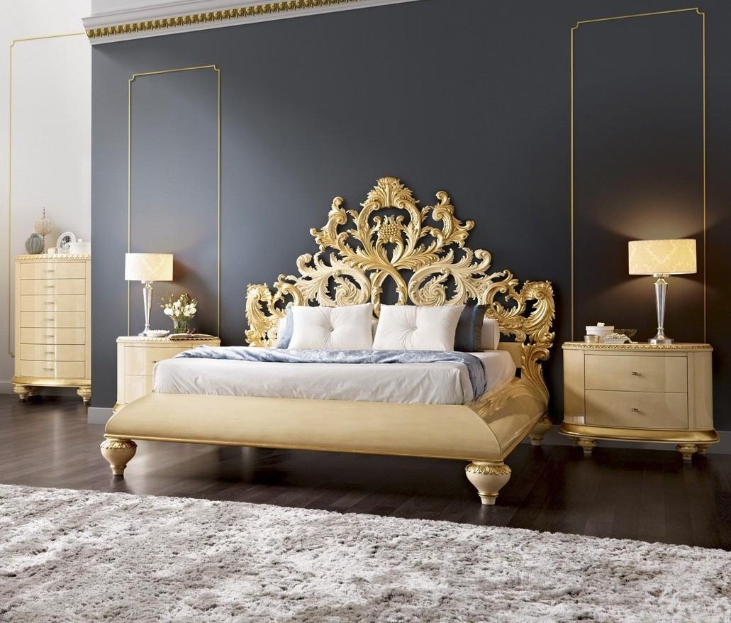 Резная кровать с патиной