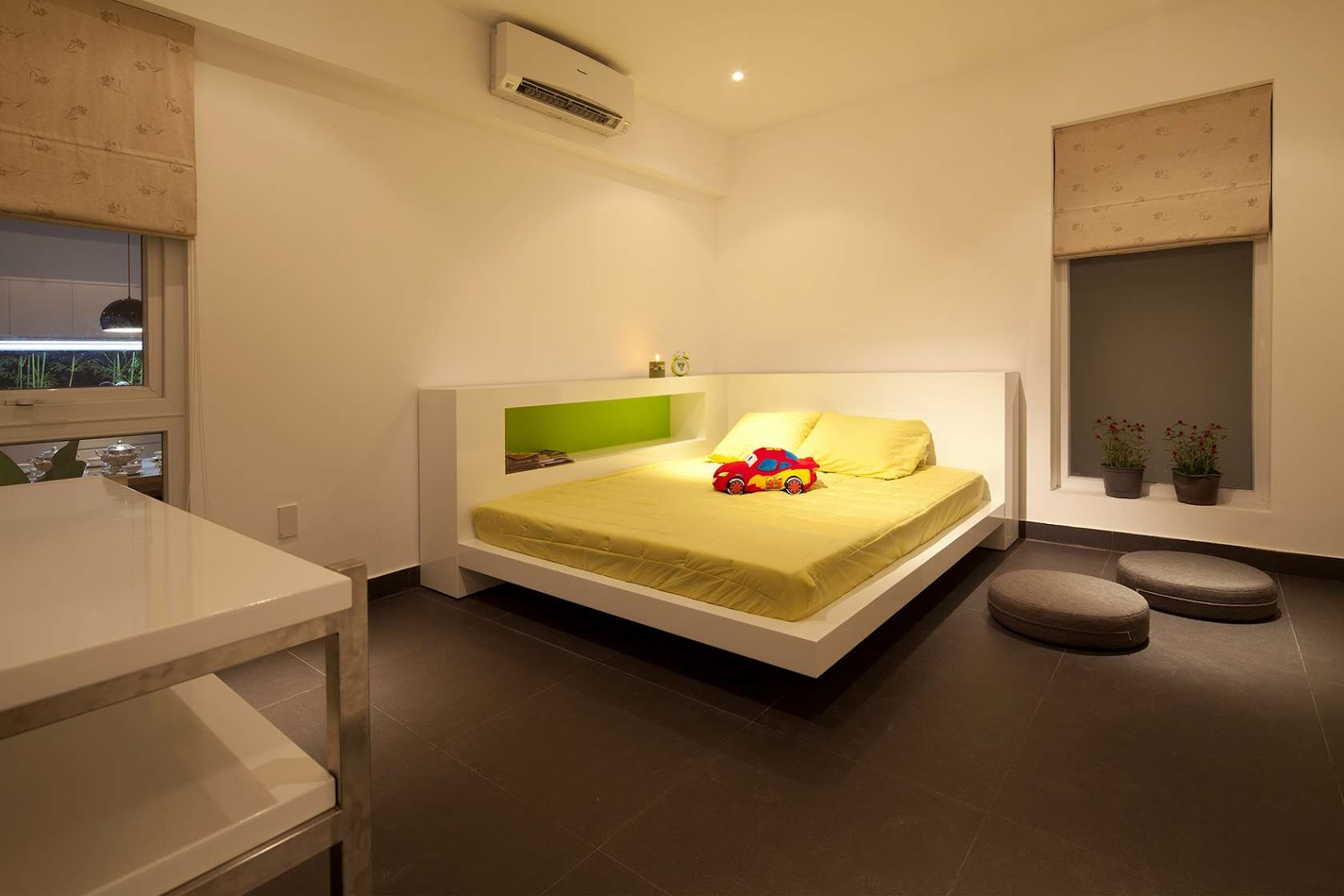 Кровать на угловом подиуме