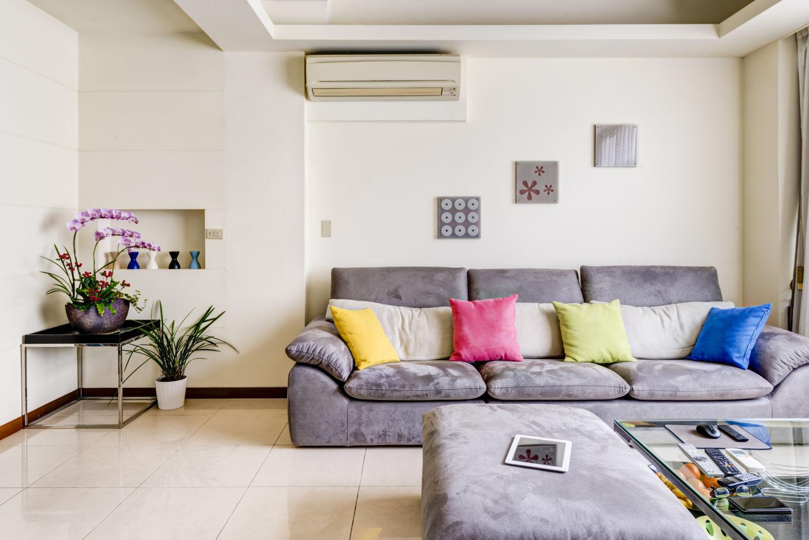 Пружинный диван с подушками