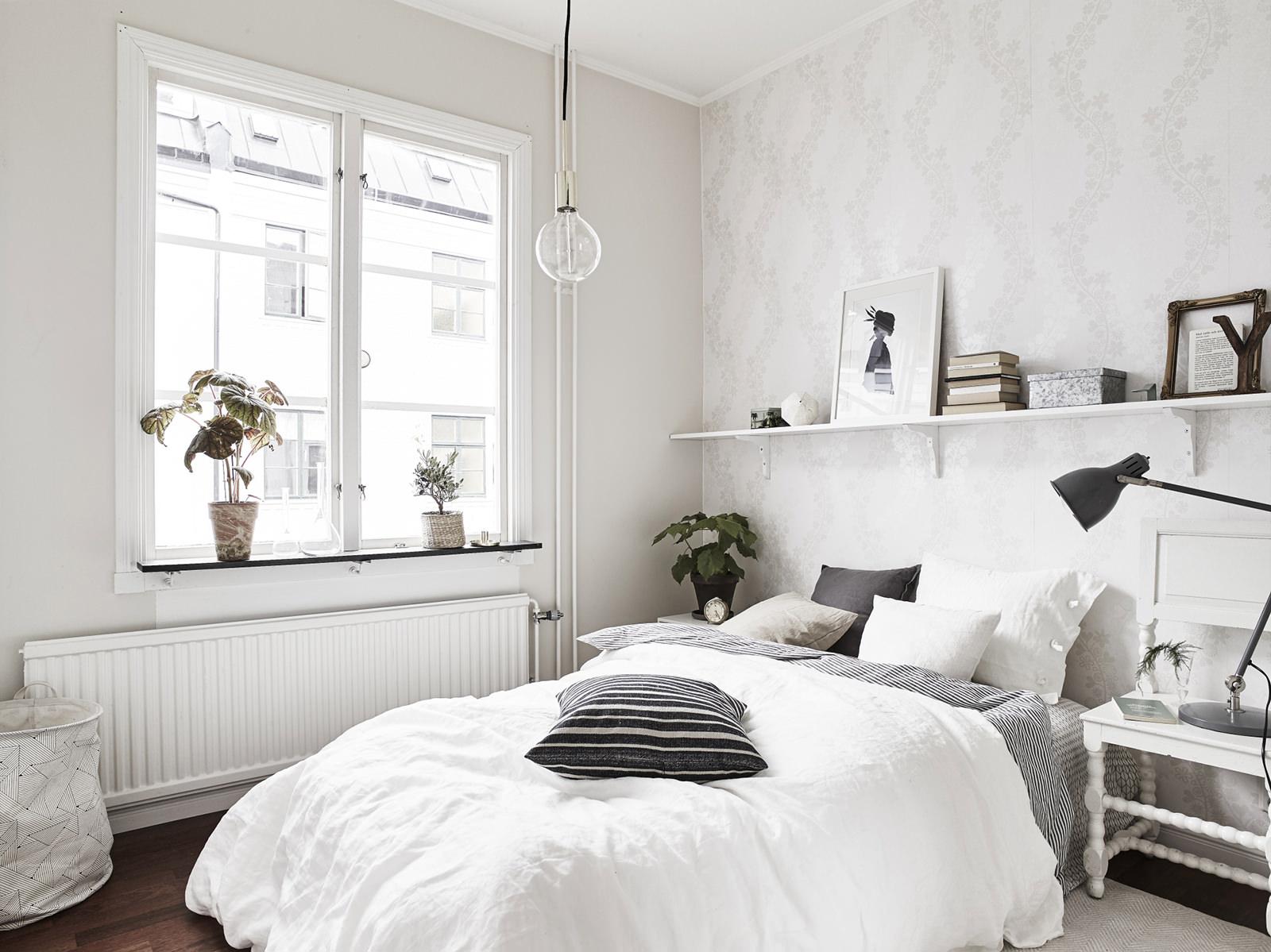 Полка над кроватью в скандинавской спальне