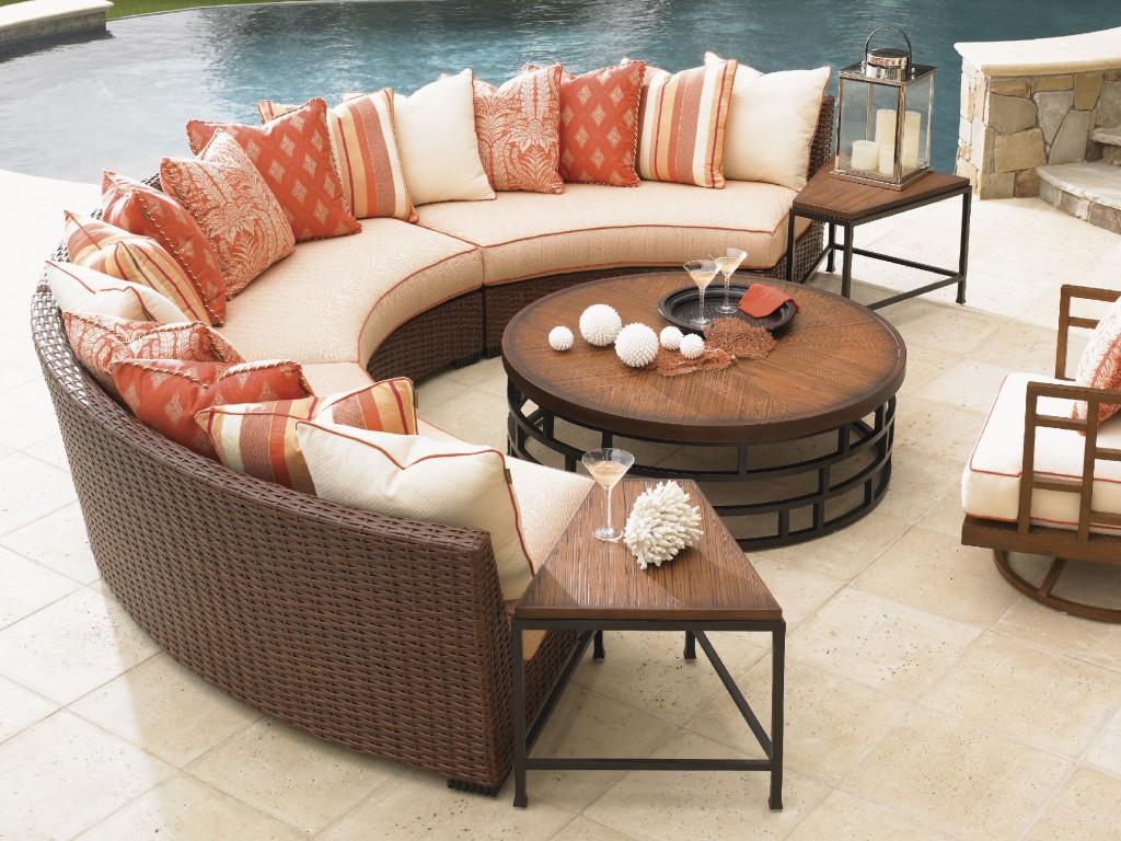 Полукруглый диван из ротанга