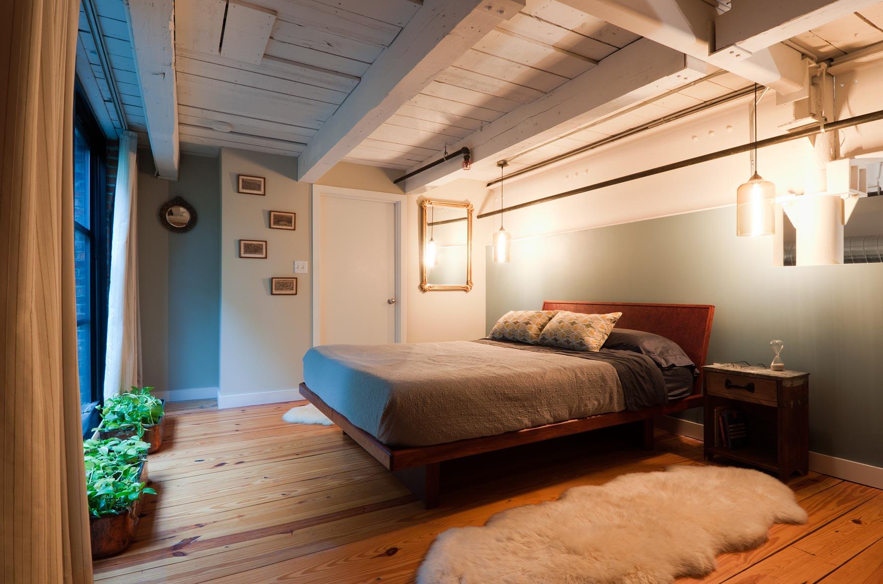 Деревянный потолок в спальне в стиле лофт