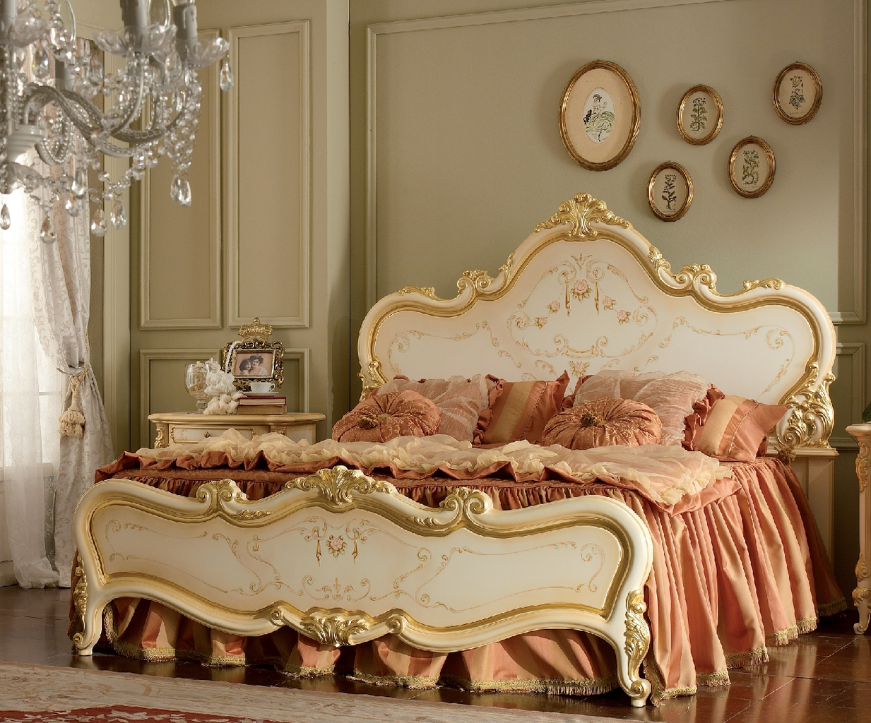 Резная кровать с позолотой