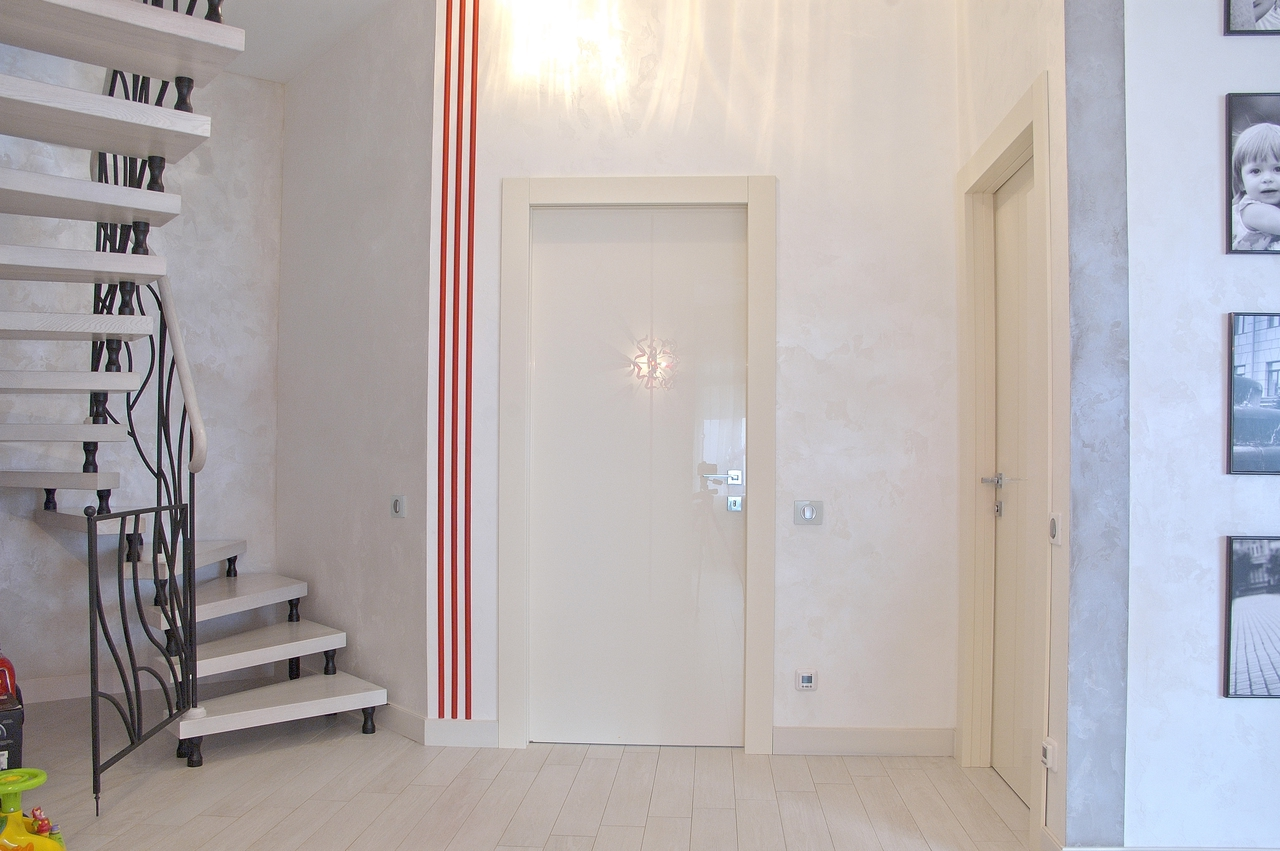 Глянцевая дверь в прихожей