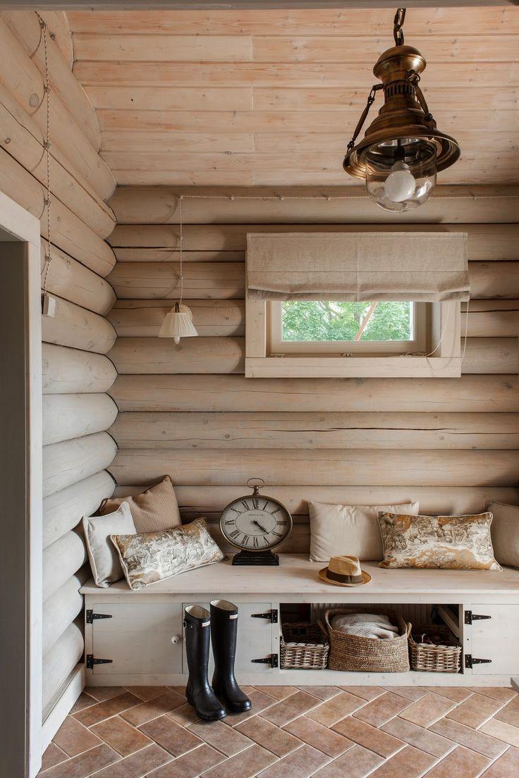 Деревянный диван в прихожей