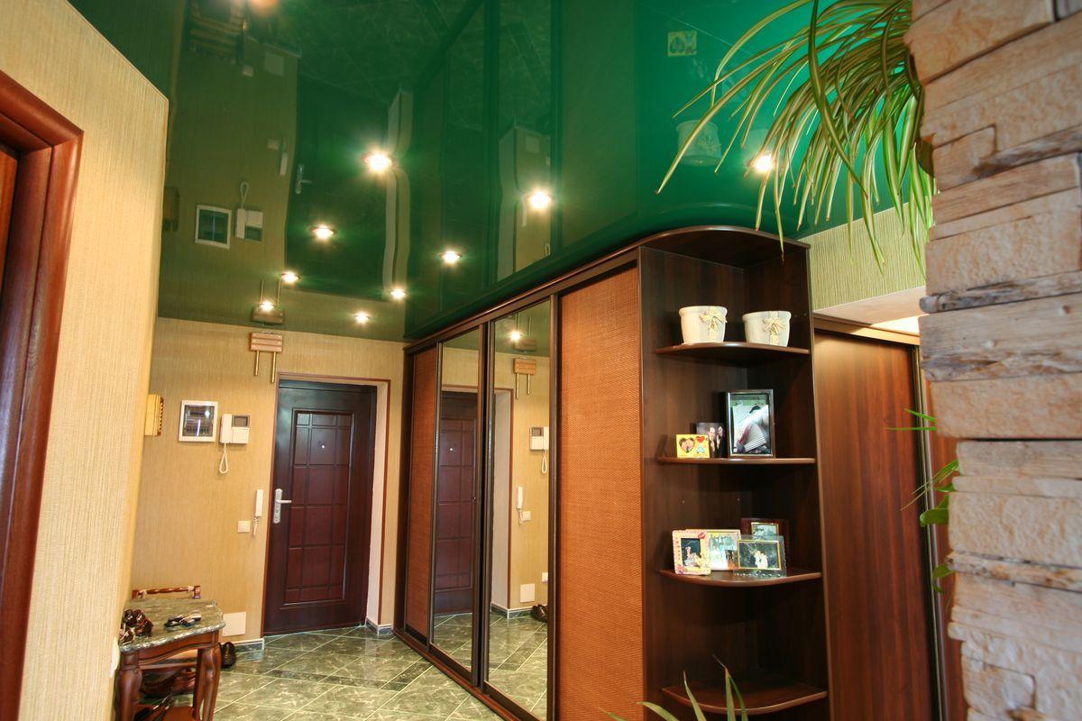 Зеленый потолок в прихожей