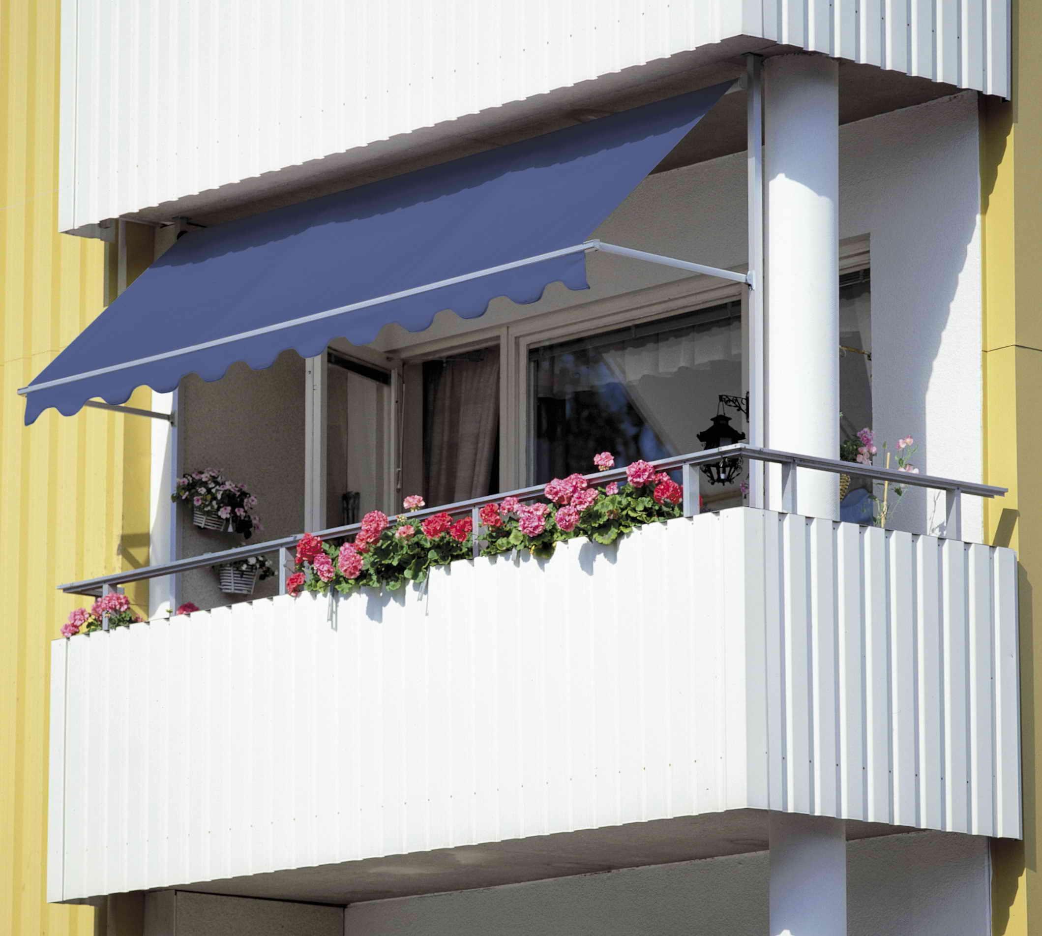 Сайдинг или профнастил: что выбрать для наружной отделки балкона?
