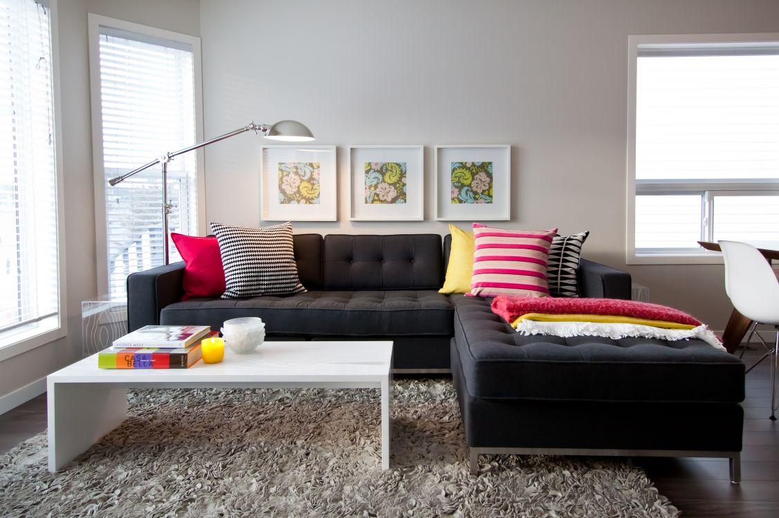 Черный диван с пуфиком